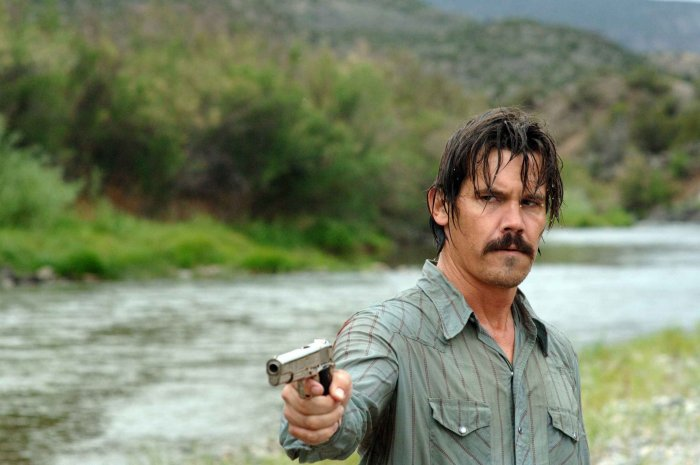 Llewellyn Moss (Josh Brolin) finds himself in over his head